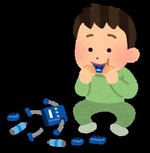 おもちゃを舐める男の子のイラスト