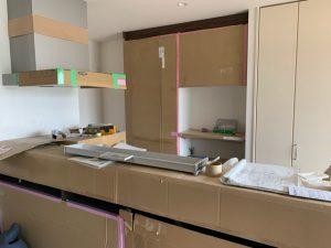 設置中のキッチン