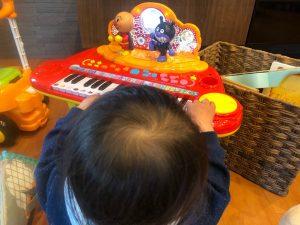 ピアノを弾く息子
