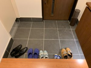 玄関に靴を並べた様子