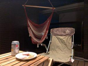 インナーバルコニーのハンモックとテーブル